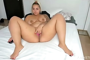 Xonicxo leg spread and rubbing cunt on webcam