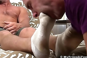 Buffed hunk receives feet worshiping for a homosexual freak